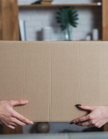 entrega-caja-manos