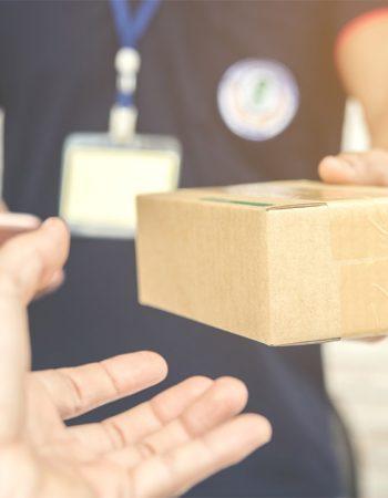 repartidor-entregando-paquete